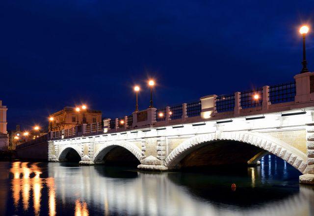 Stone_bridge_in_Taranto (1).jpg